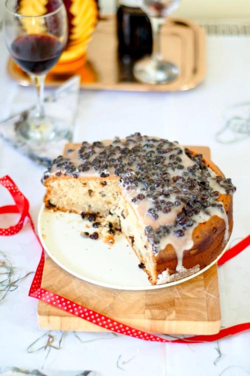 christmas jogurt cake withblackcurrants